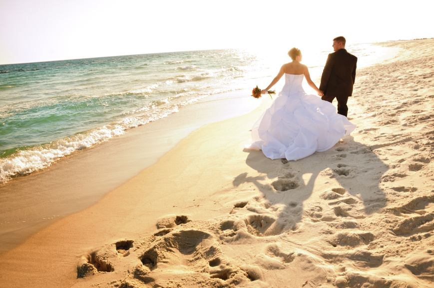 beachweddingorangecounty_couplewalkonsand